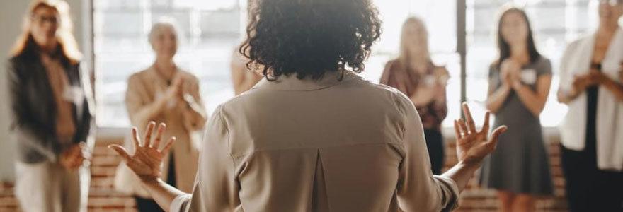 Femme en train de coacher des clients dans une bonne ambiance